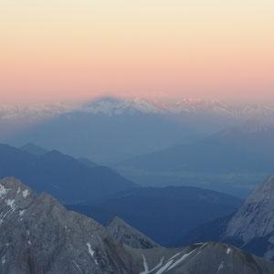 Schatten der Zugspitze in weiter Ferne