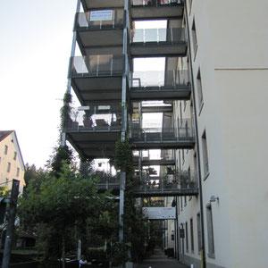 Balkone mit Laufstegen