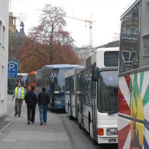 Ein Shuttle-Bus nach dem anderen - alles top organisiert