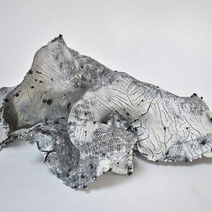 O.S., 2018. Porcelaine, métal. 30x32x14cm