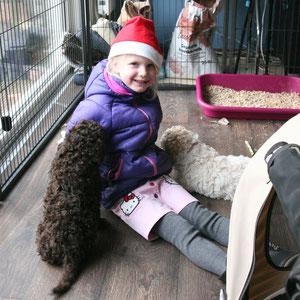 Julia komt met de pups knuffelen.