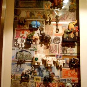 Miscelánea 1 de elefantes (cristal, metal, cerámica, resina, plástico, madera, en sellos, en monedas, en billetes)