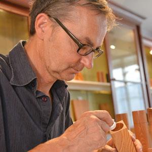 Fertigung von Hand mit dem Einnetzen des Mahlwerk bei einer Beständig Design Holz Salzmühle