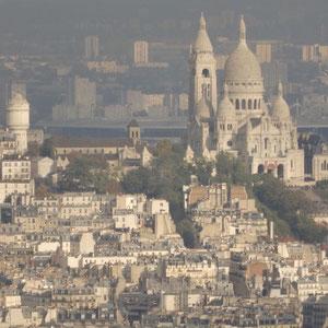 Vom 56. Stock aus warten wir bis die Sacré Coeur im Sonnenlicht erscheint