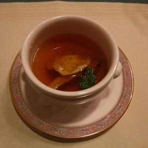 ラビオリ入り 松茸風味のコンソメ  具は、「ふ〜ん」という感じ。スープは絶品、プロの技