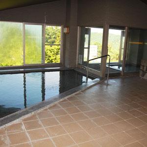 最上階の風呂。温泉じゃないが半露天風呂もあり気持ちいい。もう一つ同じ位の大きさの風呂があり、朝晩で男湯・女湯が入れ替わる