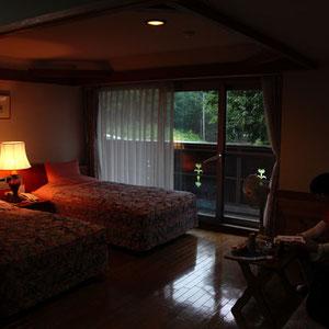 寝室は広さ十分 ホテル入り口から部屋まで完全バリアフリー 全館が清潔感溢れる