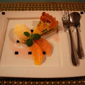 ルバーブのタルトバニラアイス添え 酸味のあるスカンポみたいだけど上品なデザート 竹炭焙煎珈琲も付きました