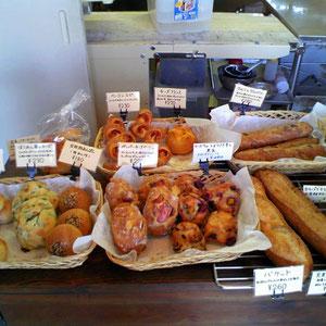 どれもおいしそう。写っていないが左側の棚にもパンが並ぶ