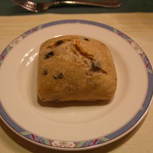 天然酵母のオリーブパン  素直においしい。ヘルシーな感じ。おかわりしたら別の種類のおいしいパンをくれた。丁度良く温めてくれています