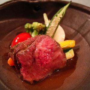 お肉はさっぱり食べられ美味ざんすー お野菜を蒸したタジン鍋で温かいまま出してくれる