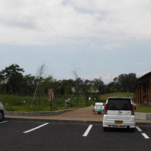 公園入口。駐車場は公園の北東部の角にあります