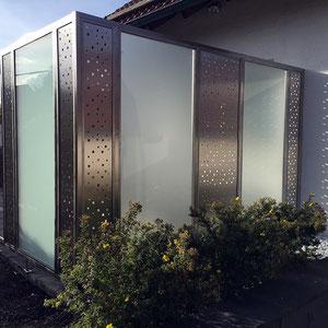 Sichtschutzzaun mit Glas und Lochblech