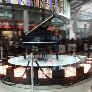 UNIBAIL X SAGUEZ&PARTNERS > création du podium lumineux pour sublimer le piano automatique