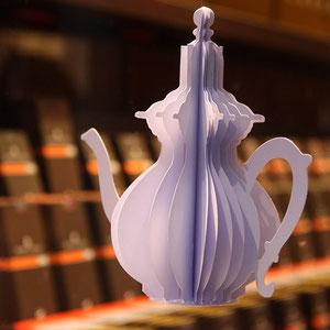 """HENRI LE ROUX > vitrine chocolat """"tea time"""" avec des théières en papier/origami pour le lancement de chocolats au thé"""