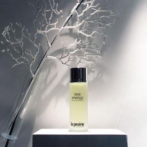 """LA PRAIRIE > vitrine cosmétique """"monochrome"""" avec stylisme corail pour illustrer la gamme sea energy"""