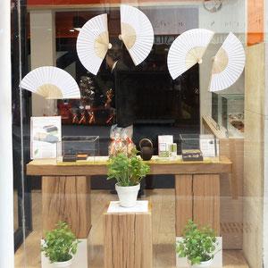 """HENRI LE ROUX, vitrine chocolat """"fraicheur de menthe"""" pour l'été avec éventails papier"""