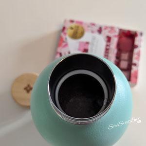 Bottiglia ermetica con tappo in  bambù  vista aperta al suo interno della linea verde pastello focus