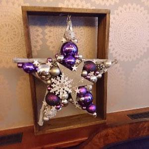 Violett - Silber Stern mit Schneeflocke als Hingucker - an einen Holz Dekorrahmen gehängt.