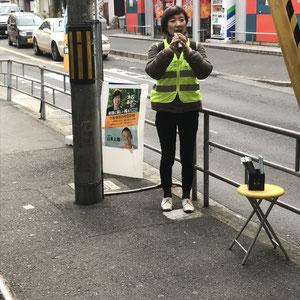 阪急神崎川駅で黄色いベストの相棒(電柱w)と(2.14)