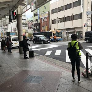 阪急十三駅西口で(2.13)