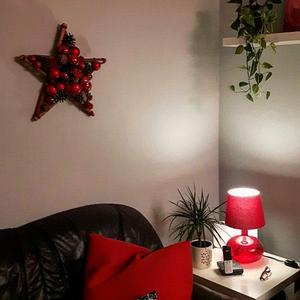 Stern in rot über der Couch im Wohnzimmer