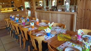 Bunt gedeckter Tisch für Kindergeburtstag