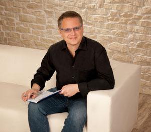 Georg Möller sitzend mit Notizheft
