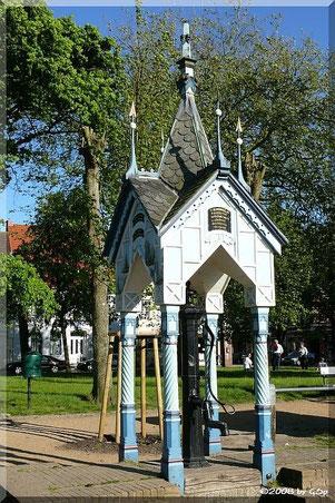 Alte Marktpumpe mit Brunnenhäuschen von 1879