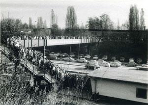 11.09.1989 Massen von Menschen strömen zum  S-Bhf. Altglienicke auf den Weg nach Rudow (Bild: BVA Aurich)