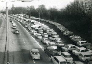 11.09.1989 Trabi und Wartburgs am S-Bhf. Altglienicke (Bild: BVA)