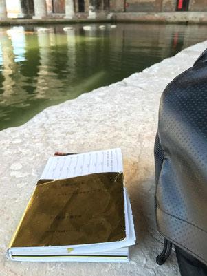 踏査先で読むことが多い。今回の台湾踏査で8カ国目を数える。写真は2017年7月14日、イタリアのベネチアにて