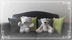 Couple d'ours en peluche assis sur un canapé