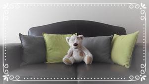Ours en peluche assis sur un fauteuil