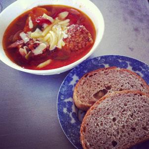 先日のまかないランチは、トマト煮をたっぷり使った、「肉団子入りトマトスープ」にしてみました〜。上にチーズをかけて、とろーり、おいしく出来上がりました♬肉団子のスープというと、ハンガリーとか、東欧のほうで食べていそうなイメージなのですが、実際のところはどうなんでしょうね〜??ライ麦パンをスライスして一緒に食べたら、とっても合いました^^