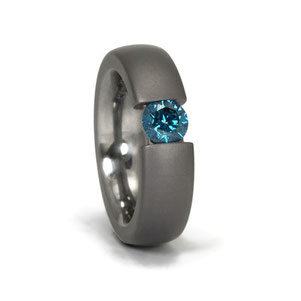Tantal Ring in Spannringoptik mit blauem beh. 0,48ct Brillant, aussen matt innnen polier