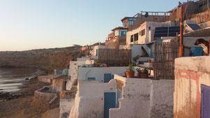 C'est d'abord une maison de pêcheur et de famille traditionnelle, puis un surf hostel et une auberge à Imsouane plage, Maroc.