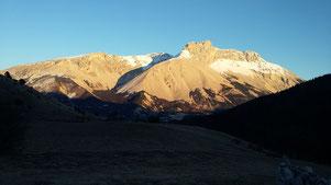 Coucher de soleil sur la Crête des Bergers, La Cluse, Dévoluy. Le plateau de Bure, et son immense pierrier ont souvent des allures lunaires