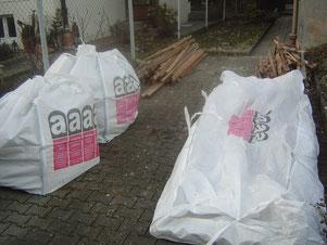 Zum Abtransport bereitgestellte - der  gem. TRGS 519 demontierten -  Asbestplatten in gekennzeichneten Big-Bags.