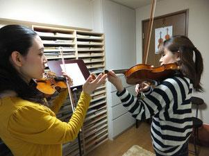 教室での成人ヴァイオリンレッスン風景