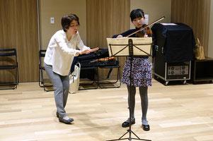 小学生高学年女子ヴァイオリンレッスン風景