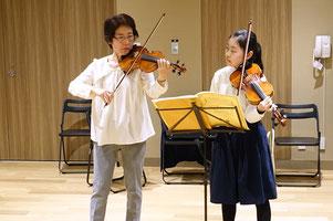 中学生女子のヴァイオリンレッスン風景