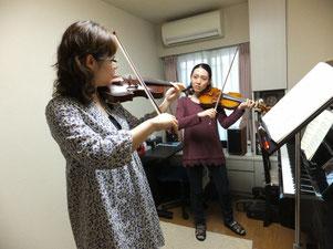 教室内での成人ヴァイオリンレッスン風景