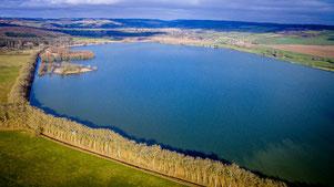 Même endroit en fin d'hiver, le lac est remplie. La première île est entourée d'eau.