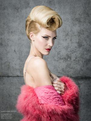 Shooting photo, portrait, coiffure, chignon banane, cheveux blond, maquilleuse professionnelle Toulouse, Carole PETRIGNO, maquillage, eye liner pin-up noir autocollant, stickers, bouche rouge, rouge à lèvres rouge