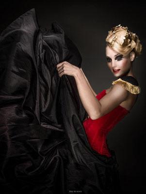 Shooting photo, beauté, collection coiffure, blonde, chignon cranté , feuilles d'or, maquilleuse professionnelle Toulouse, Carole PETRIGNO, maquillage, smoky, fards à paupières noir mat et blanc nacré, artistique, rouge à lèvres rouge, fard à joues rouge