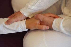 Shiatsu-Behandlung des Dickdarmmeridians durch Heilpraktikerin Angela Borack