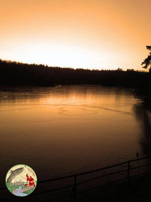Un coeur de glace en hiver sur un étang Corrézien