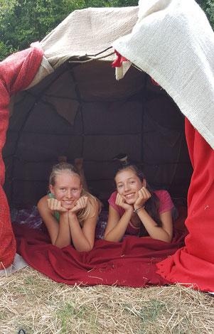 zwei Mädchen in ihrer Mondhütte, nach dem Übergangsritual vom Mädchen zur Frau