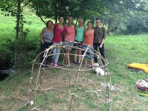 Mädchen, Mütter und Leitung beim Bau der Mondhütte für die Übernachtung allein und draußen für die Mädchen